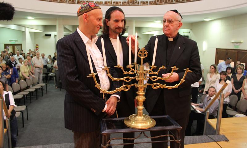 http://giacintobutindaro.org/wp-content/uploads/2013/03/bergoglio-ebrei.jpg
