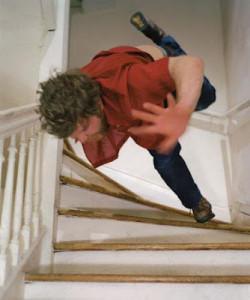 uomo-che-cade-dalle-scale