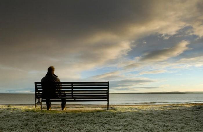 uomo-seduto-panchina